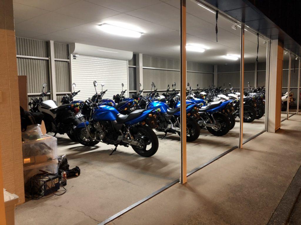 二輪車庫には豊富な車両がズラリと約30台