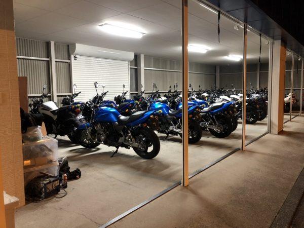ロイヤルドライビングスクールのバイク車庫 バイク免許